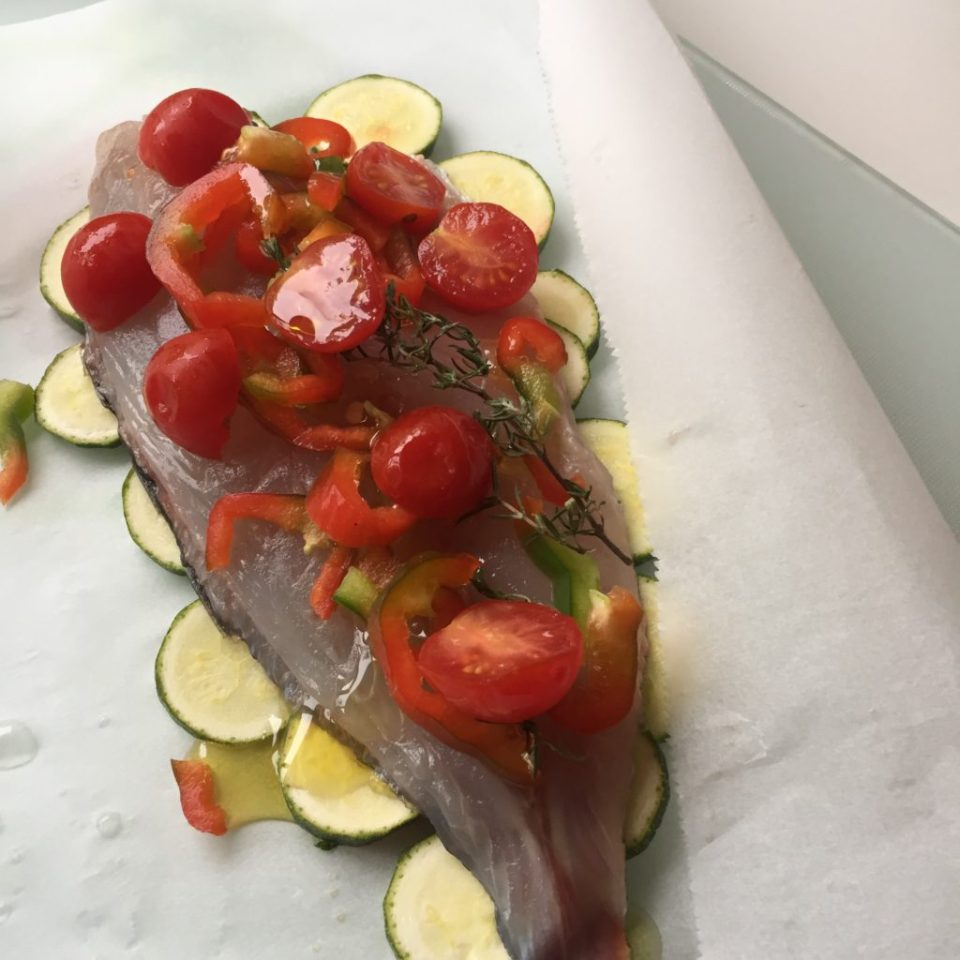 filet de dorade en paillote, tomates , pivrosn courgettes