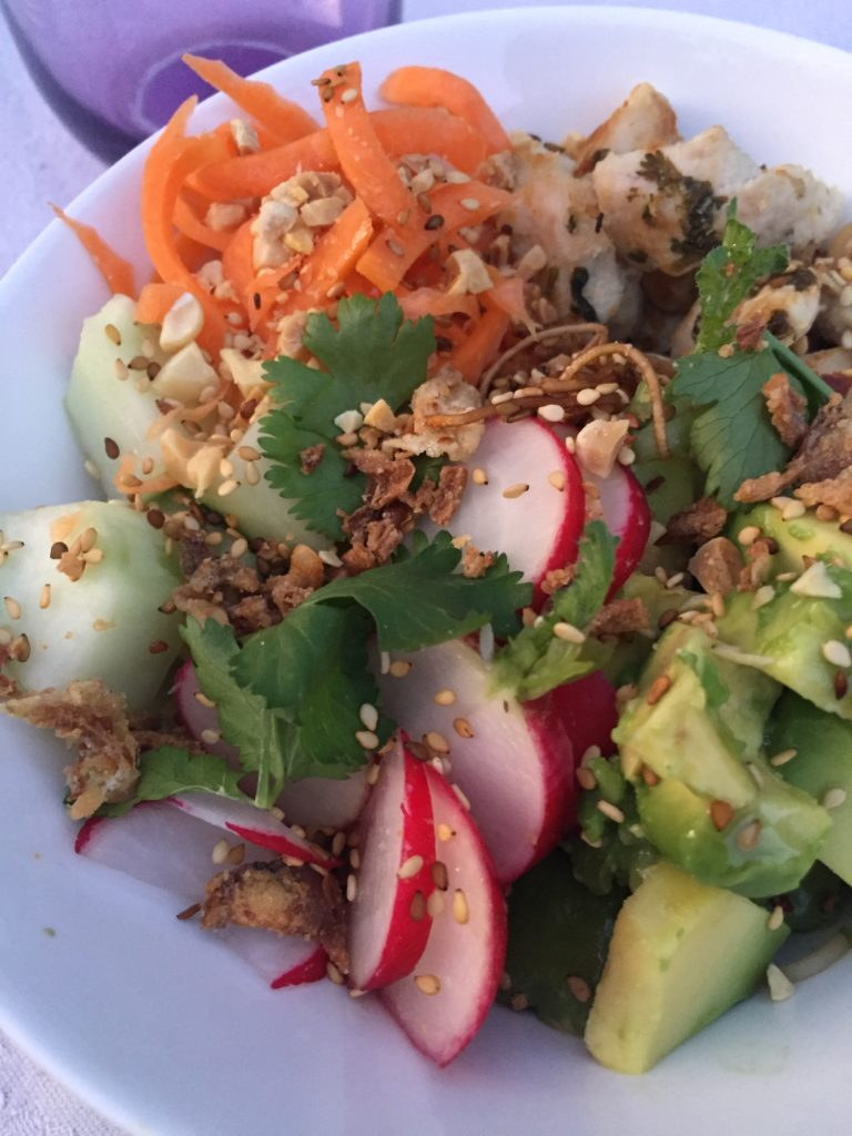 poke bowl version poulet, sauter, aucun, carottes, radis roses, oignons frits sésame et coriandre