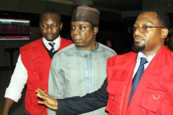 Jide Omokore being escorted to the courtroom by EFCC operatives