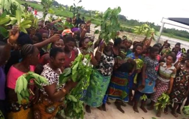 women-protest-military-invasion-of-niger-delta-community