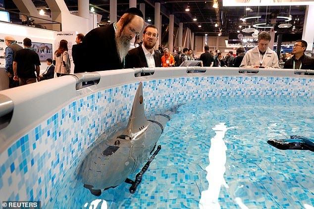робот акула в бассейне