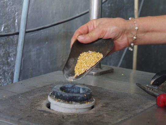 Perles d'or mélangées à un peu de cuivre et d'argent