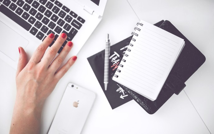 womanhand-smartphone-desk