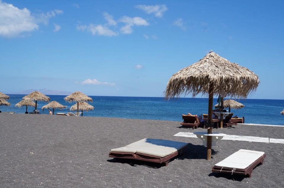 【希臘小島聖托里尼】滾燙黑沙灘Kamari Beach&夏日必游沁涼海水-Weiwei的旅行地圖-欣傳媒旅遊頻道