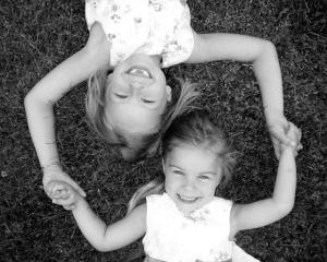dues nenes somrients