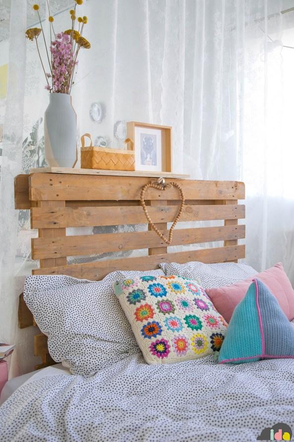 La testiera del letto è realizzata con un pallet