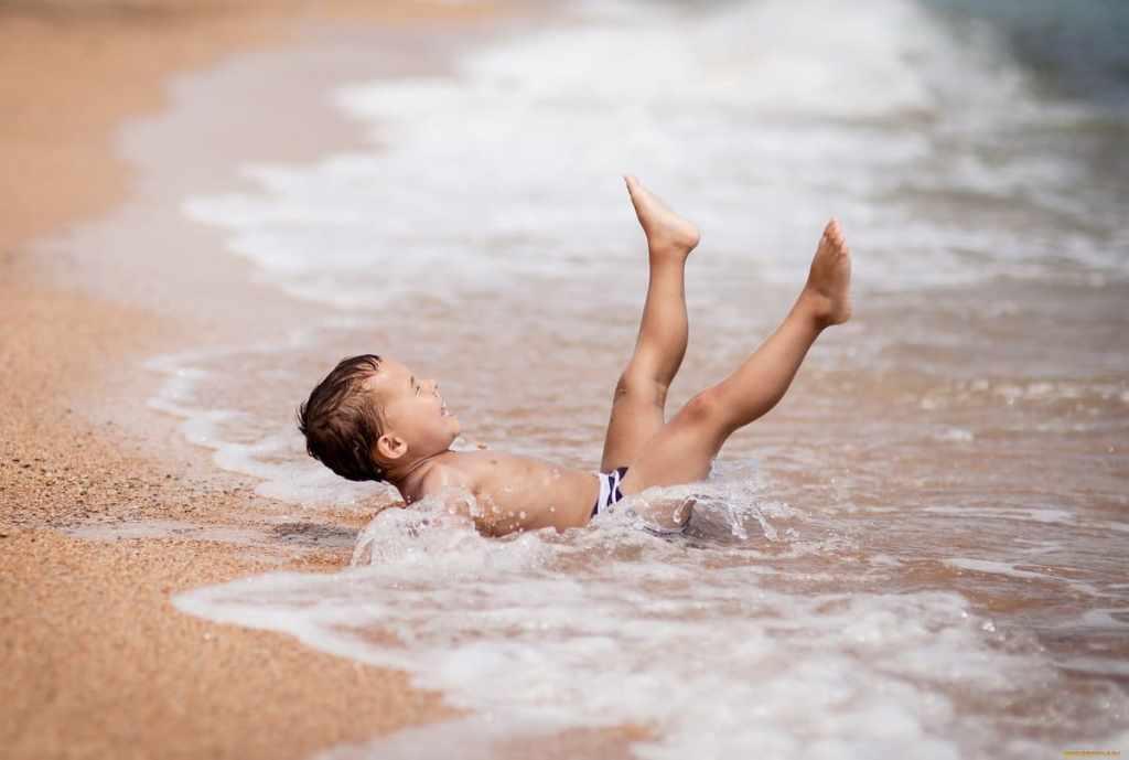 Малыш на море