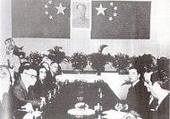 中国政府へ謝罪する文書に署名するマカオ総督、1967年