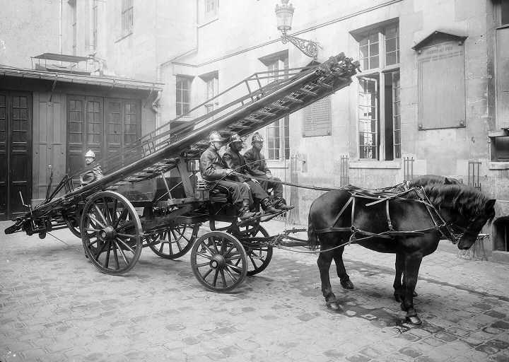 """Résultat de recherche d'images pour """"voiture de pompier à cheval début XXeme siecle"""""""