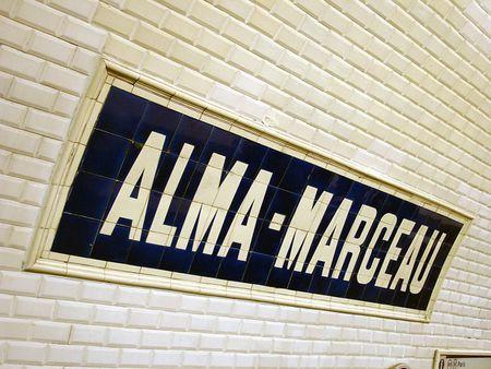 Station Alma - Marceau de la ligne 9 du métro de Paris, France.   So