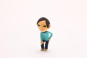 腰が痛い人の人形