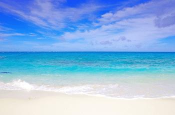 夏空と青い海