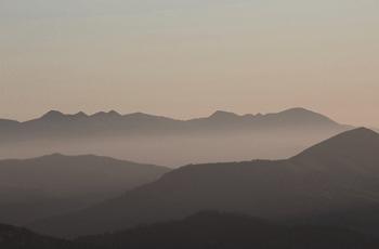夜明け前の山々の景色