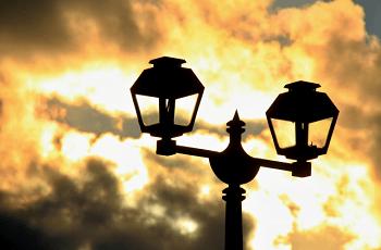 夕焼けの中のガス灯