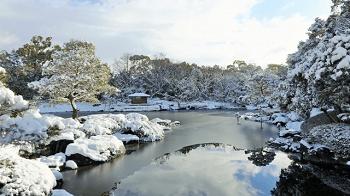 雪の白鳥庭園