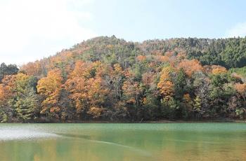 紅葉し始めた山