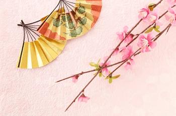 松の絵の扇子と飾り花