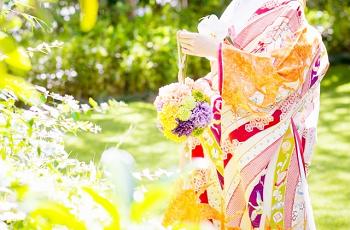ブーケを持った和装の花嫁