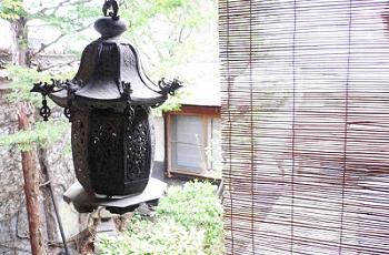 釣り灯籠と簾