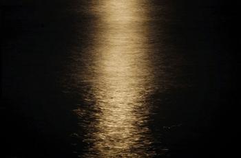 水面に映る満月の光