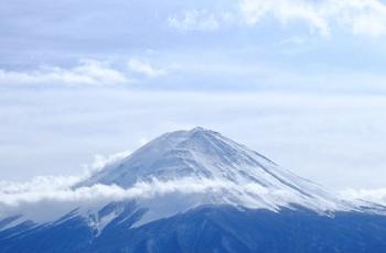 富士山の山頂の雪と雲