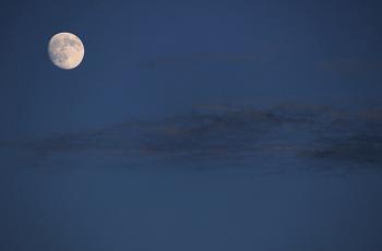 まだ満ちていない月と夜空