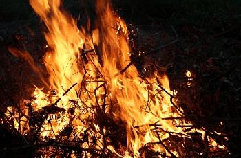 闇の中の焚火