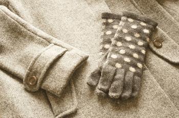 こげ茶色の手袋と冬物のコート