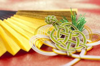 亀の飾り物と金色の扇