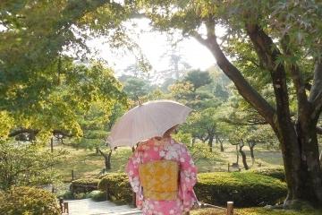 日傘を差した和服の女性