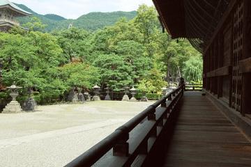 善光寺の回廊と庭
