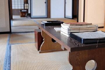 座敷の文机と本