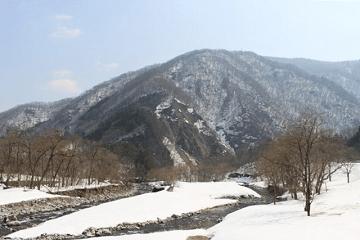 雪解けの山々と川