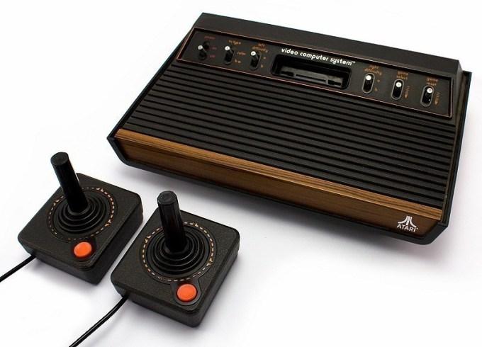 atari-2600-konsole-cx2600-6-schalter-holzdesign-2-controller-zubehoer.jpg