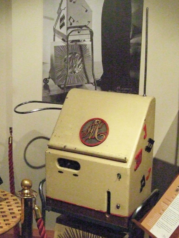 Theremin_At_The_Musical_Museum,_Brentford,_London_(clip).jpg