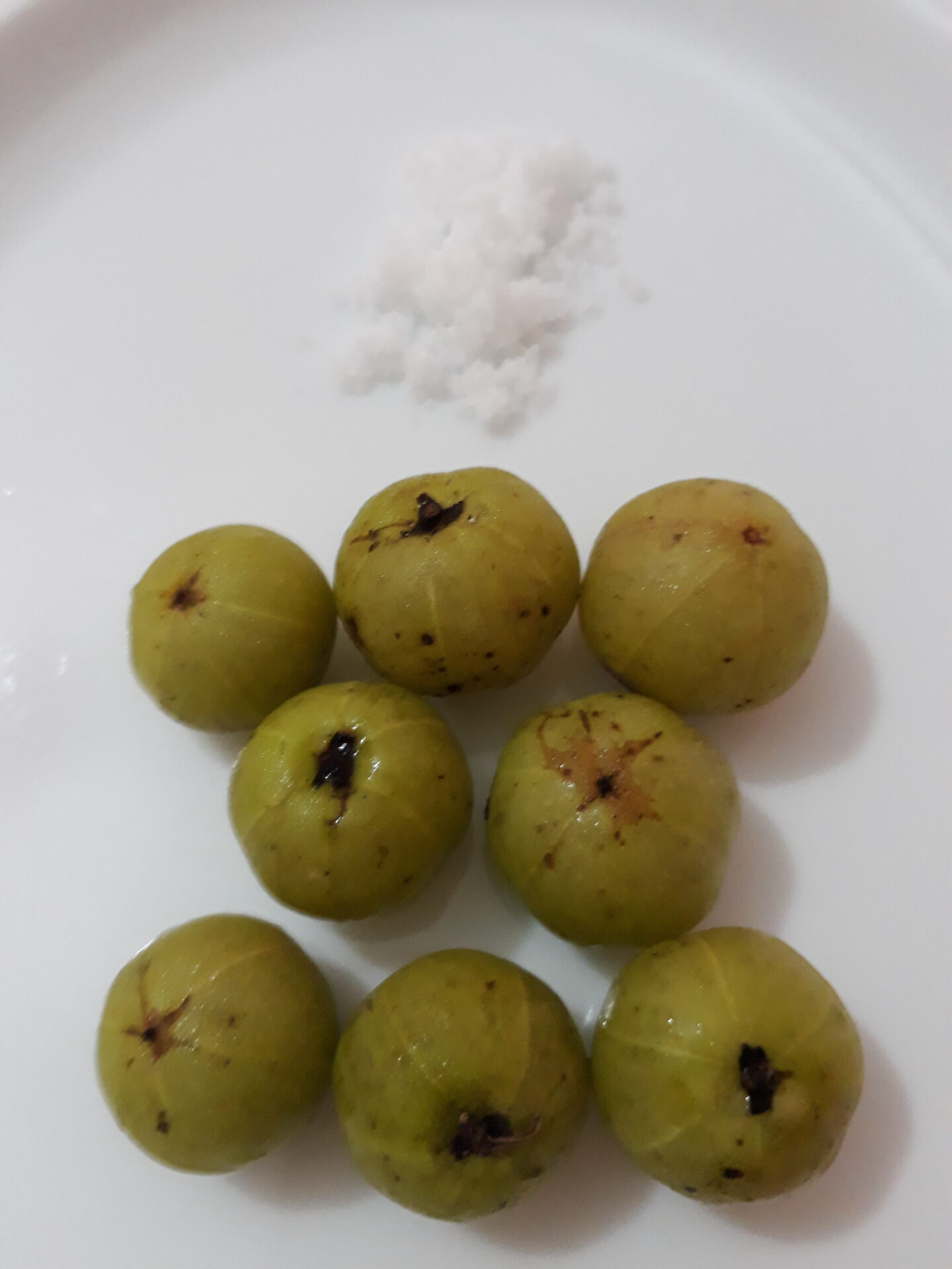 indian-gooseberry-with-salt