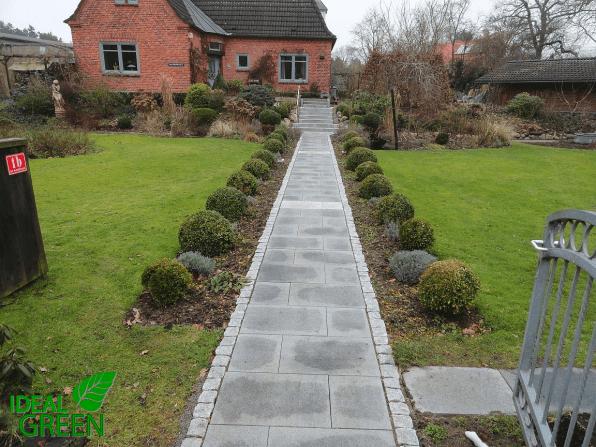 Treppe Granit Weg aus Granitplatten Blick zum Haus
