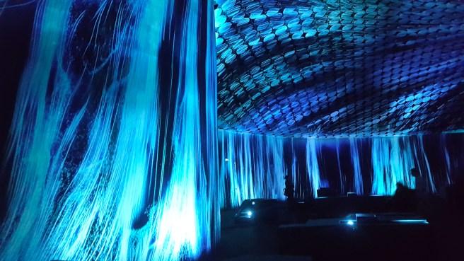 Amos Rex - TeamLab: Massless -näyttely - Vortex of Light Particles.