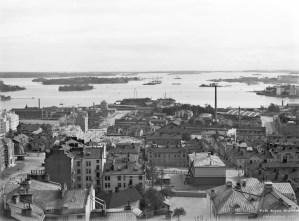 Panoraama Kallion kirkon tornista kaakkoon. Taustalla Nihti ja Korkeasaari.Viides ja Neljäs linja. Kuva: Signe Brander 1912 / Helsingin kaupunginmuseo.