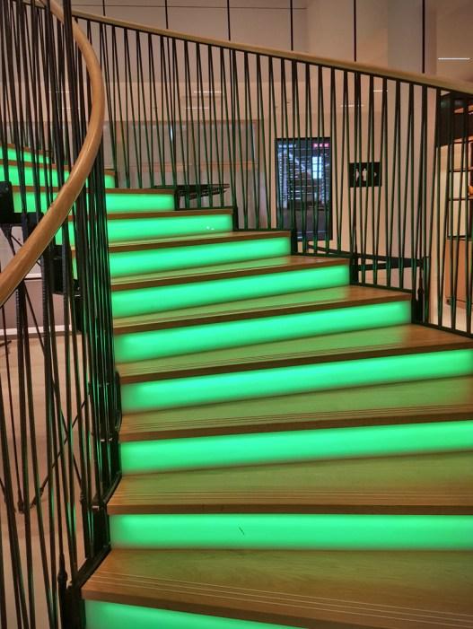 Valaistut rappuset johtavat hotellin ala-aulasta toiseen kerrokseen.