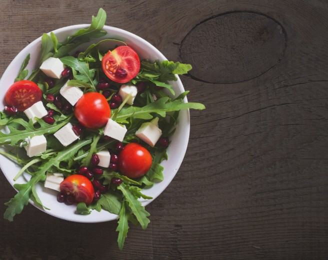 Fetasalaatti, kuten muutkin salaatit maustuvat makusuoloilla. Tomaatin kruunaa mm. punaviinisuola - ja pippuri. Kuva: Culinaristit.com.