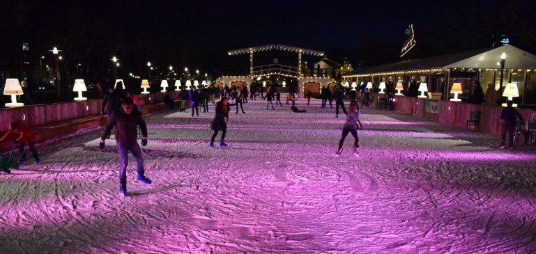 Pista de patinaje sobre hielo en la Museumplein (con el Puente de Langlois al fondo, buen detalle!)