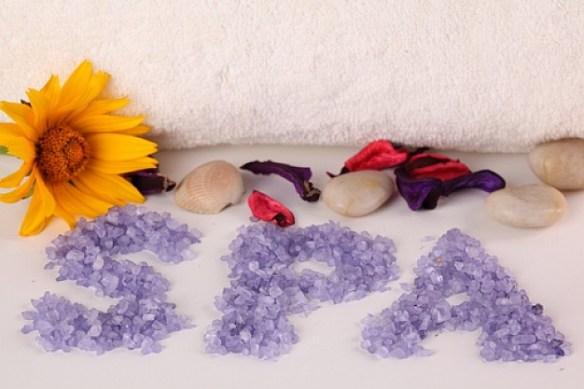 fondo-blanco-cosmeticos-toallas-lirios_3195385