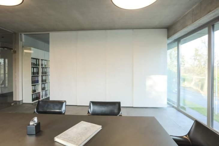 biały panel track w biurze