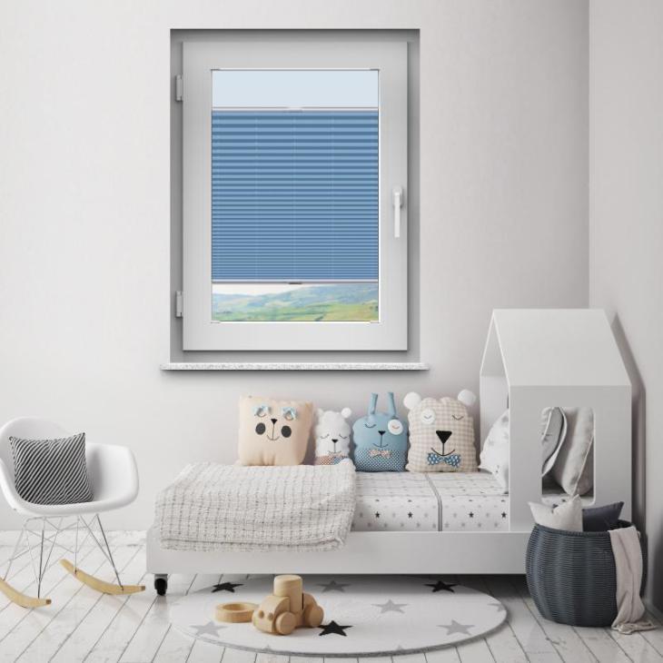niebieskie plisy w pokoju dziecka