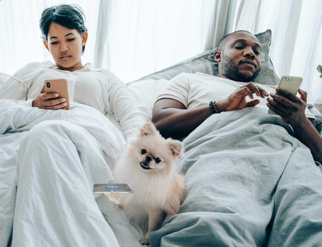 Social-Media-Plattformen-Paar-Bett