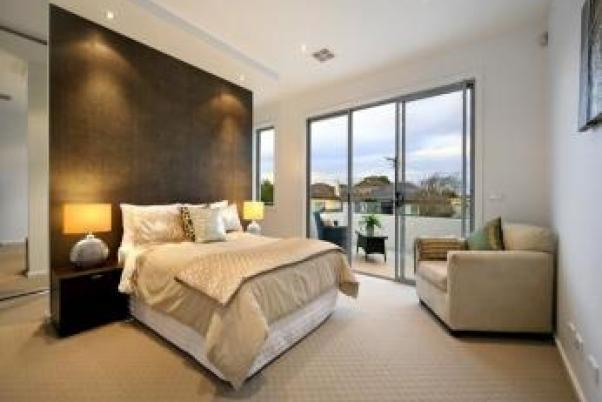 dormitor model alb cu mocheta si tavan cu spoturi