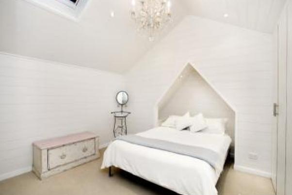 model dormitor alb cu lambriu la mansarda casa