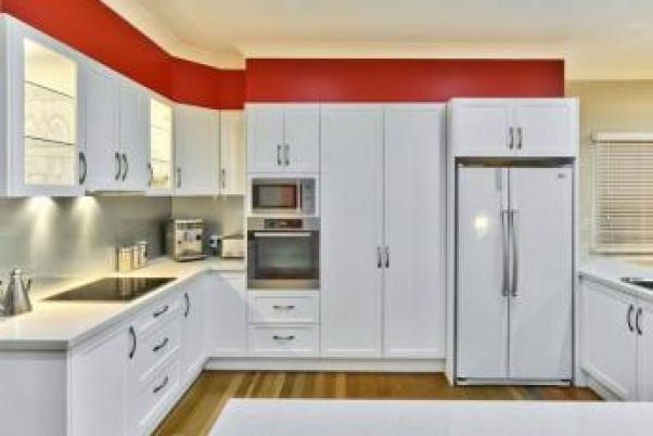 bucatarie model alb cu nante rosii si parchet