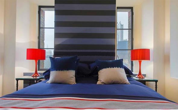 model de dormitor albastru cu dungi